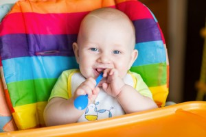 bambino-mangia-seggiolone-©-Len44ik-_-Dreamstime.com---Adorable-Baby-Eating-In-High-Chair-Photo