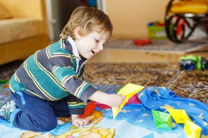 bambino-gioca-barchetta-carta-Romrodinka-_-Dreamstime.com---Funny-Boy-Of-4-Years-Playing-With-Paper-Ships-At-Home-Photo