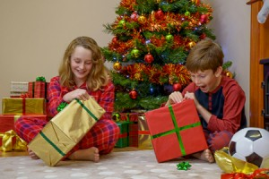 bambini-regali-di-Natale_Richard-Thomas-_-Dreamstime.com