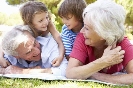 nonni-nipoti-parco_Monkeybusinessimages-_-Dreamstime.com---Grandparents-And-Grandchildren-In-Park-Together-Photo