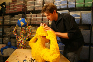 the-art-of-the-brick-nathan-sawaya-al-lavoro